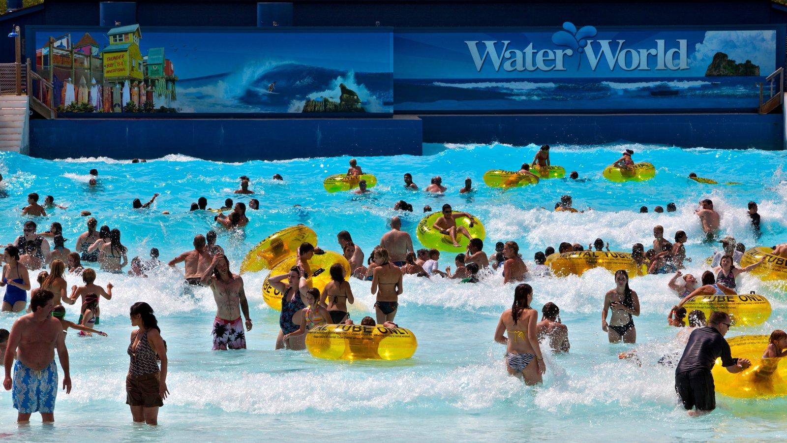 Water World que inclui ondas e um parque aquático assim como um grande grupo de pessoas