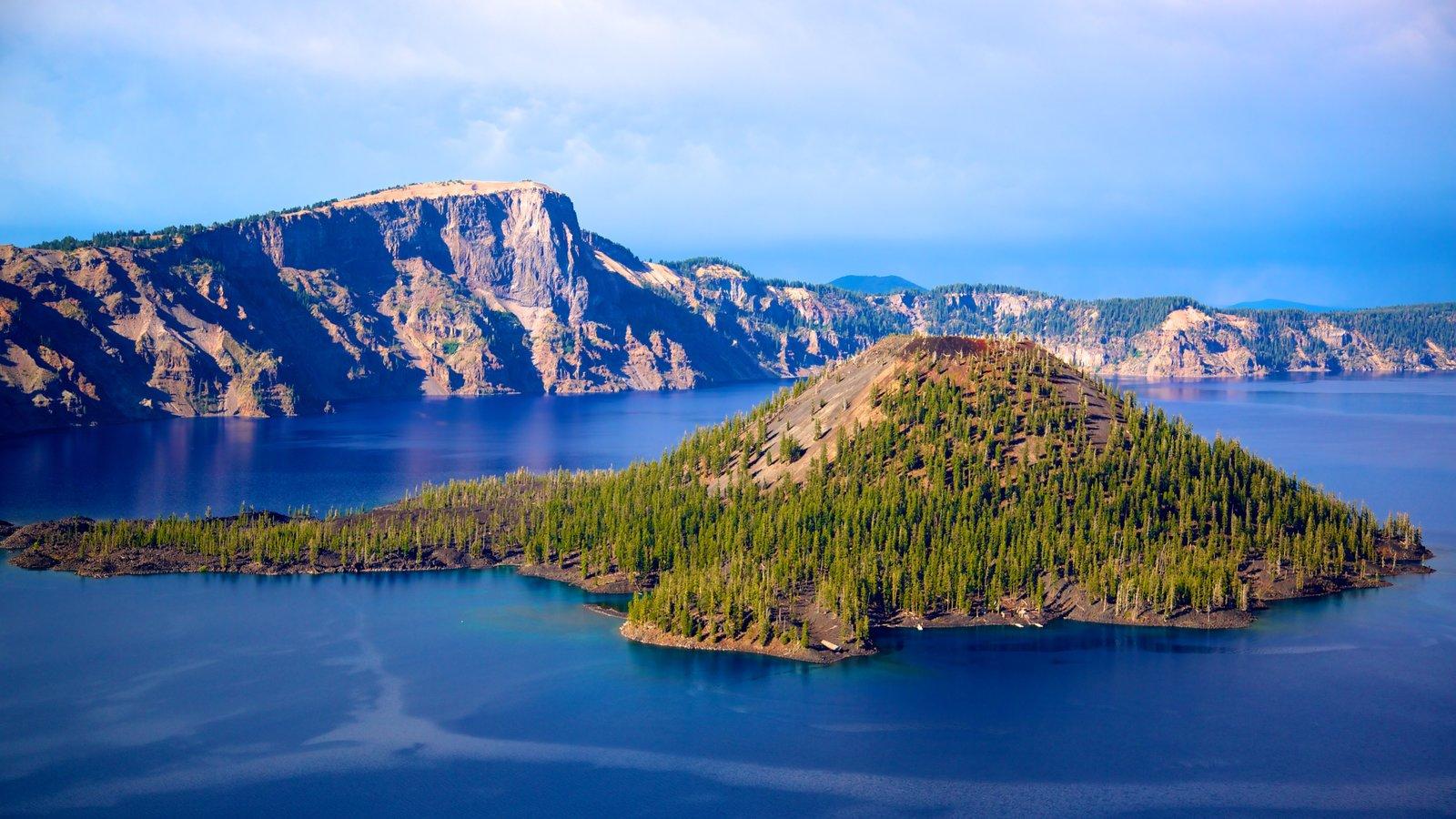 Parque Nacional Lago del Cráter mostrando un lago o abrevadero, montañas y imágenes de una isla