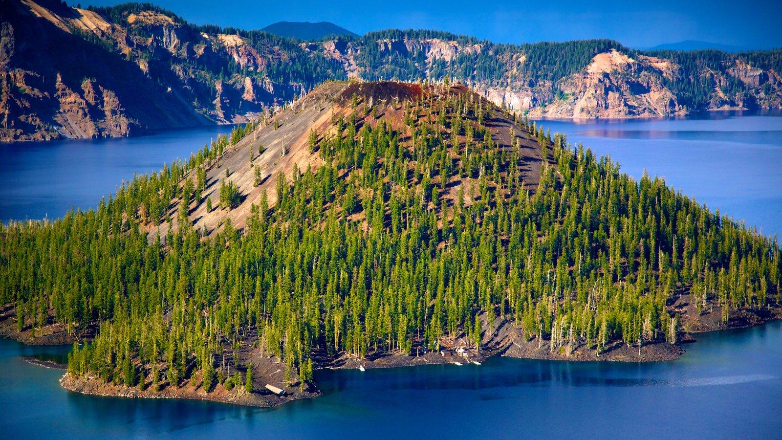 Parque Nacional Lago del Cráter mostrando vistas de una isla, un lago o abrevadero y montañas