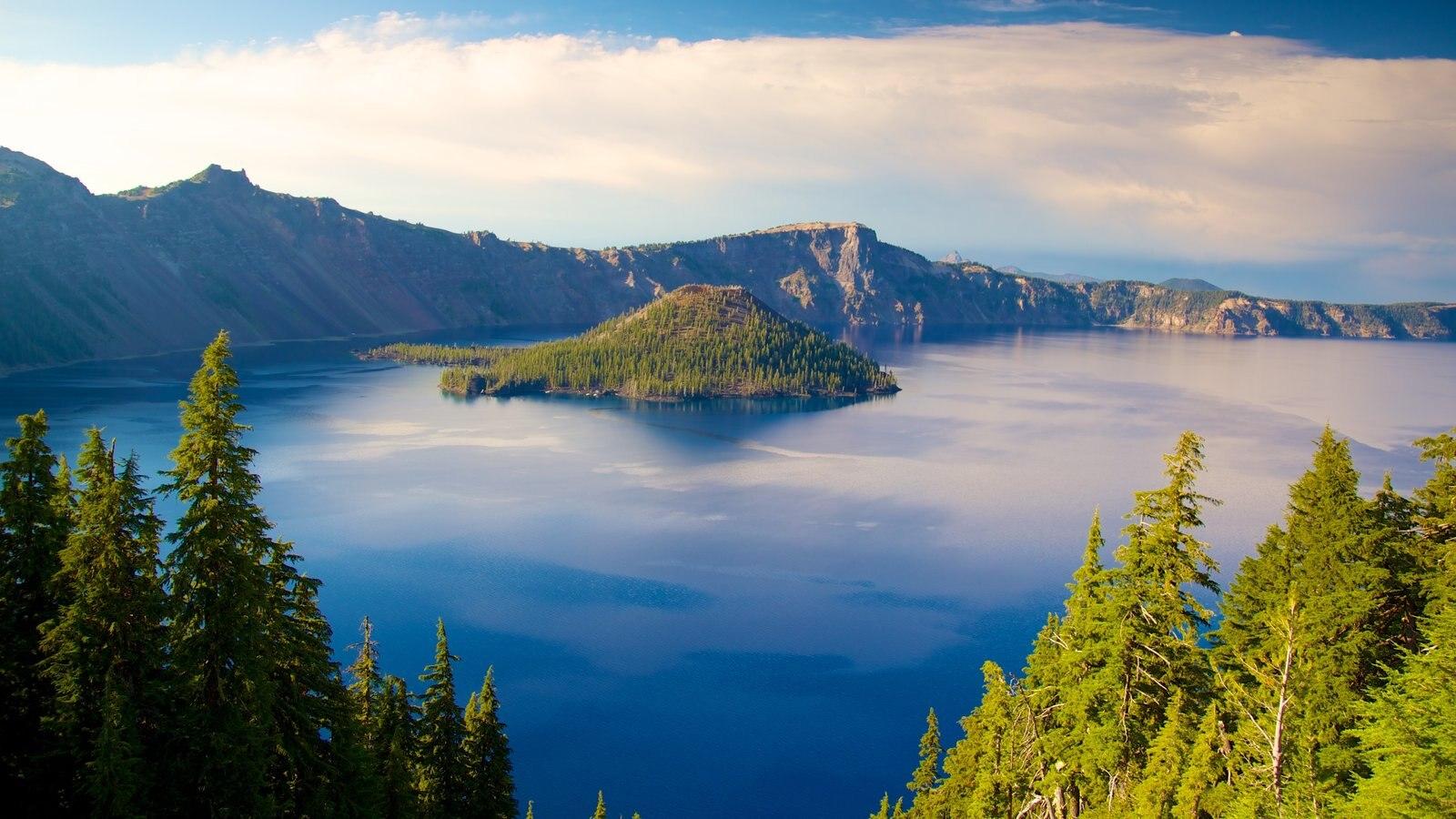 Parque Nacional Lago del Cráter mostrando imágenes de una isla, montañas y un lago o abrevadero