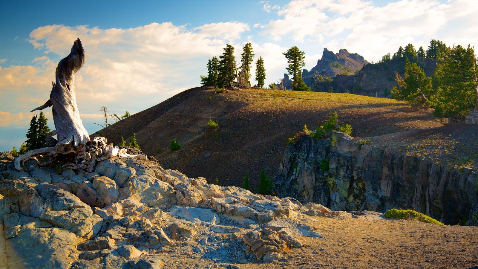 Parque Nacional Lago del Cráter que incluye montañas y vistas de paisajes