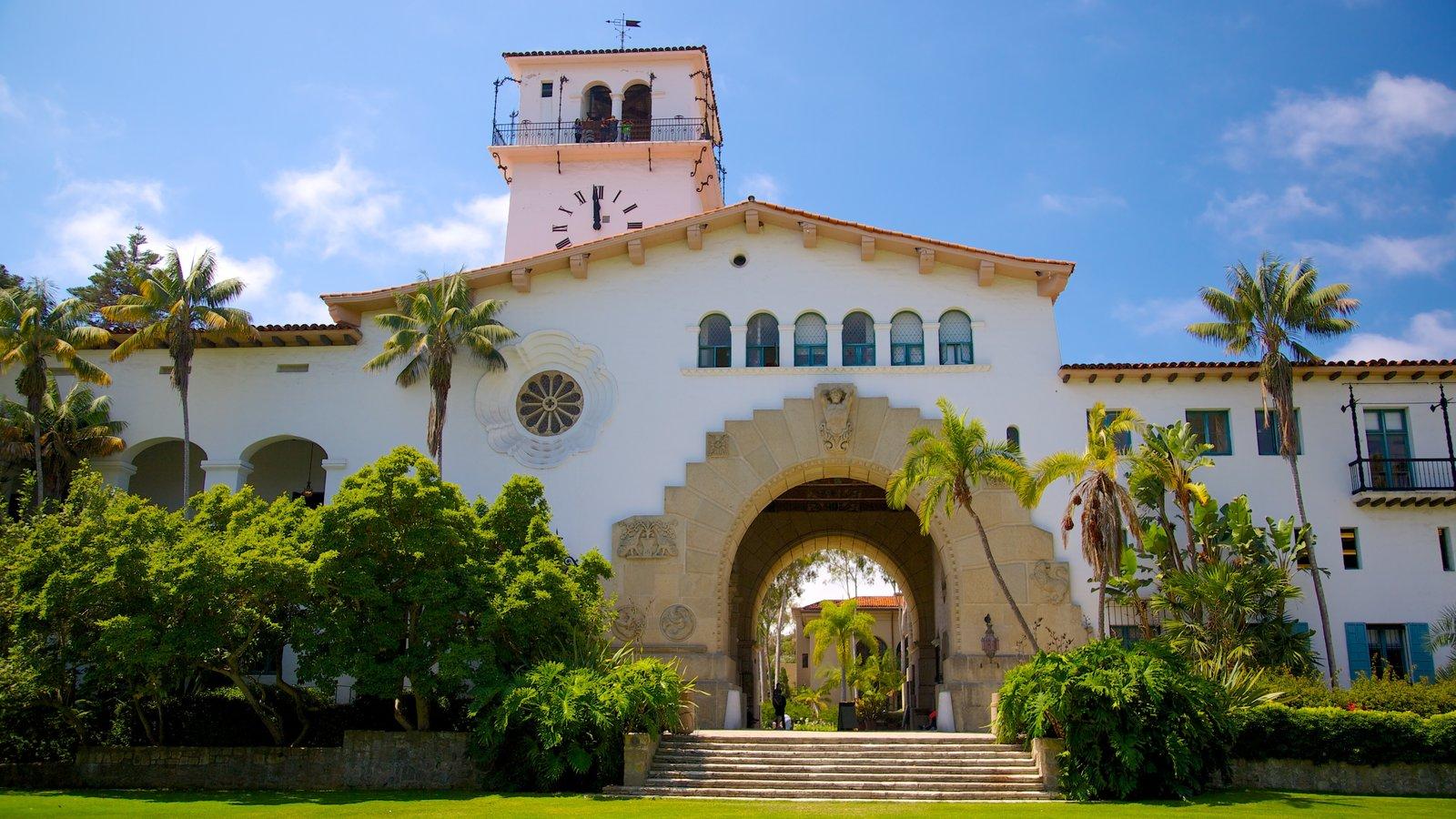 Corte do Condado de Santa Bárbara caracterizando arquitetura de patrimônio e um hotel de luxo ou resort