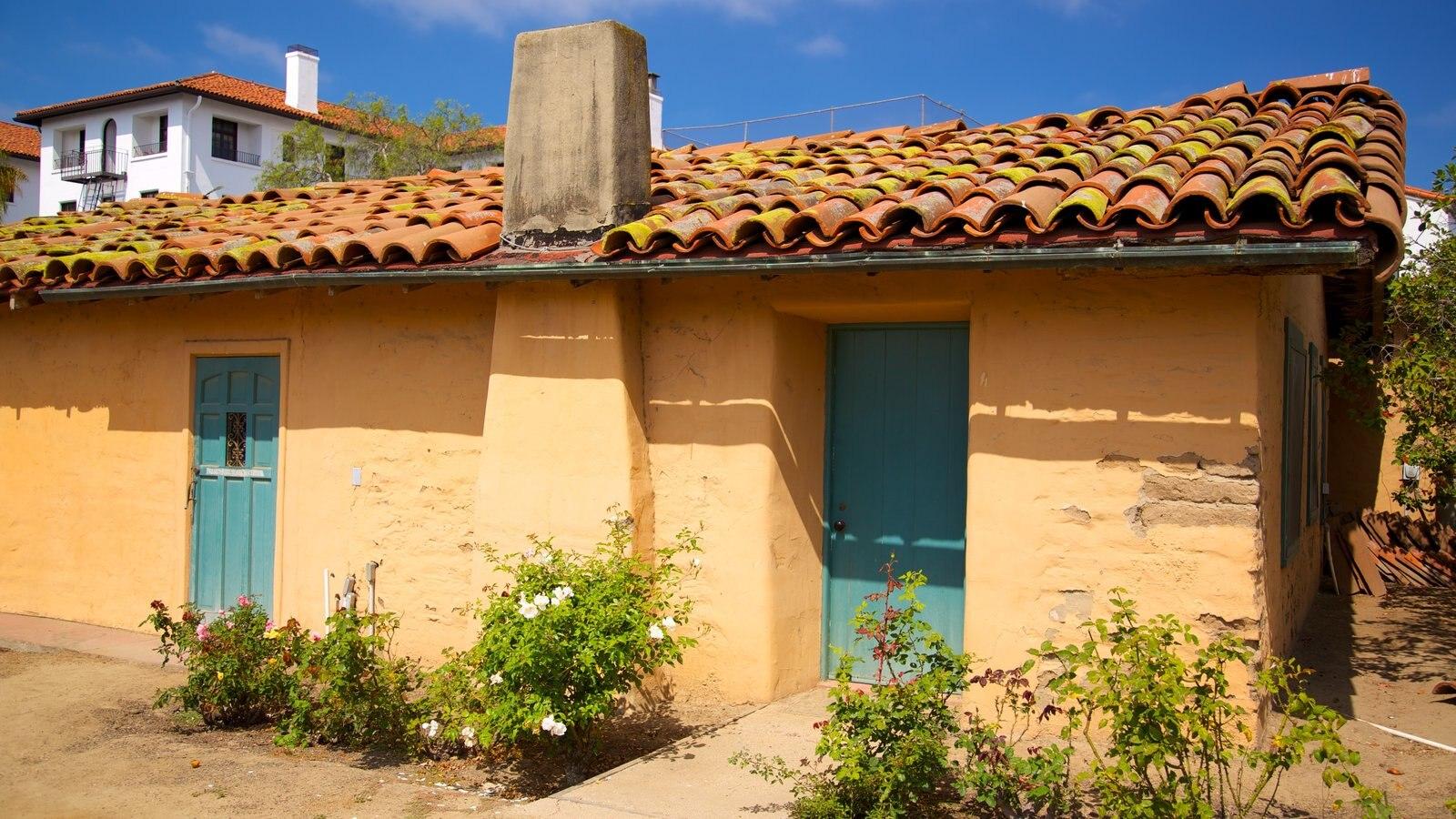 El Presidio de Santa Barbara State Historic Park mostrando uma casa e elementos de patrimônio