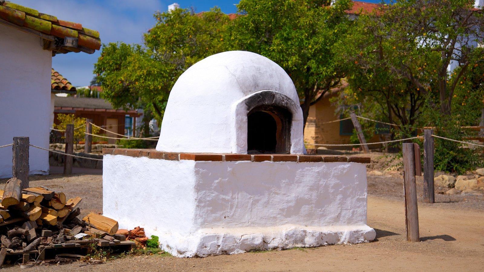 El Presidio de Santa Barbara State Historic Park mostrando elementos de patrimônio