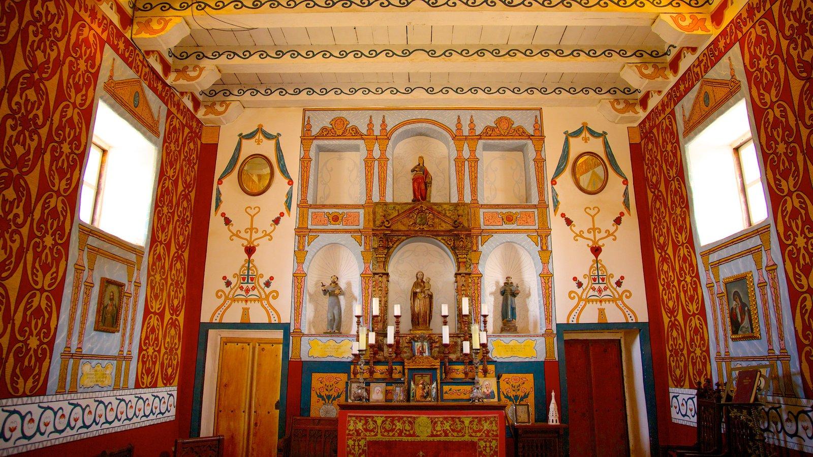 El Presidio de Santa Barbara State Historic Park caracterizando elementos religiosos e vistas internas