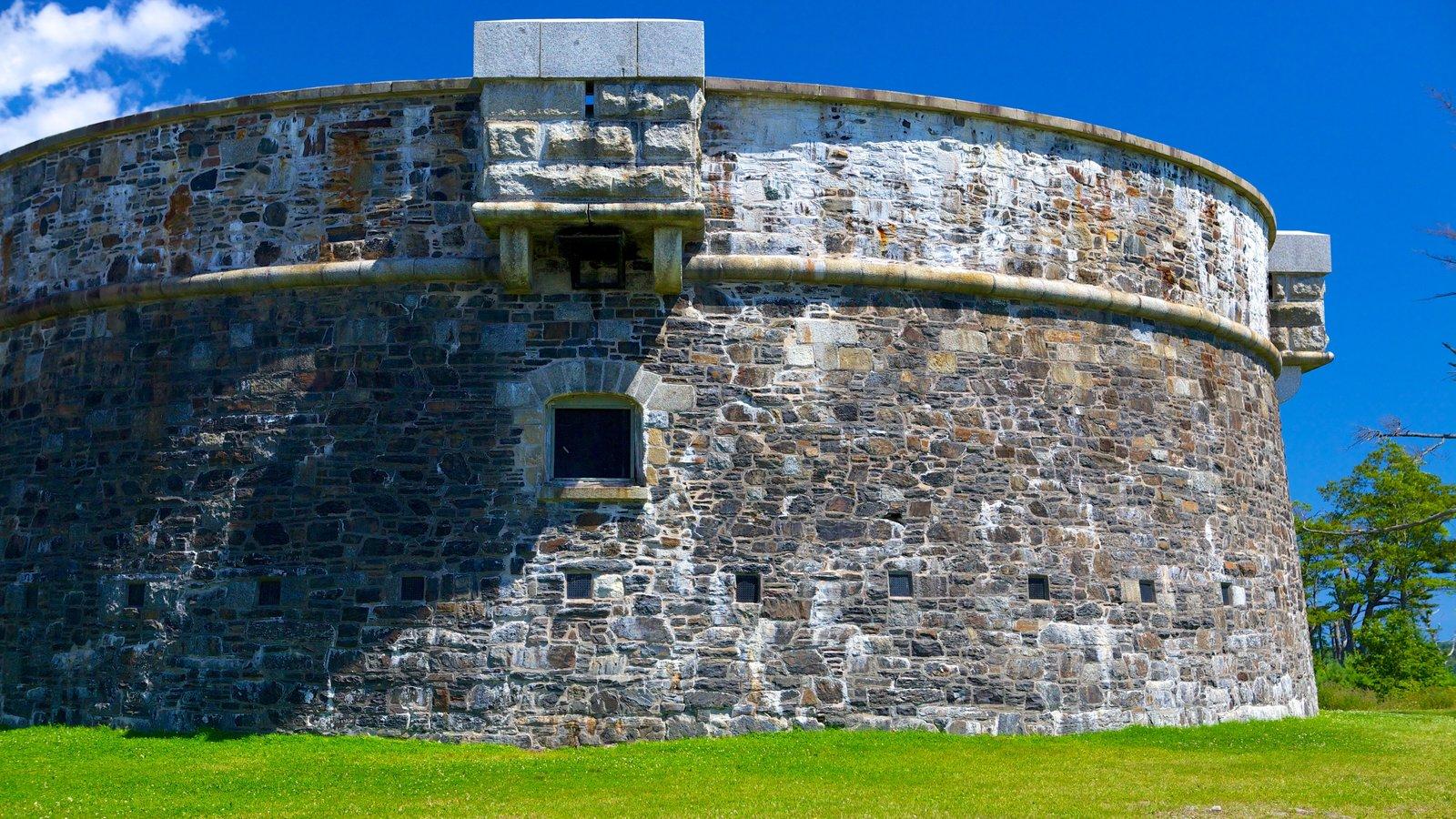 Point Pleasant Park que incluye artículos militares y elementos del patrimonio
