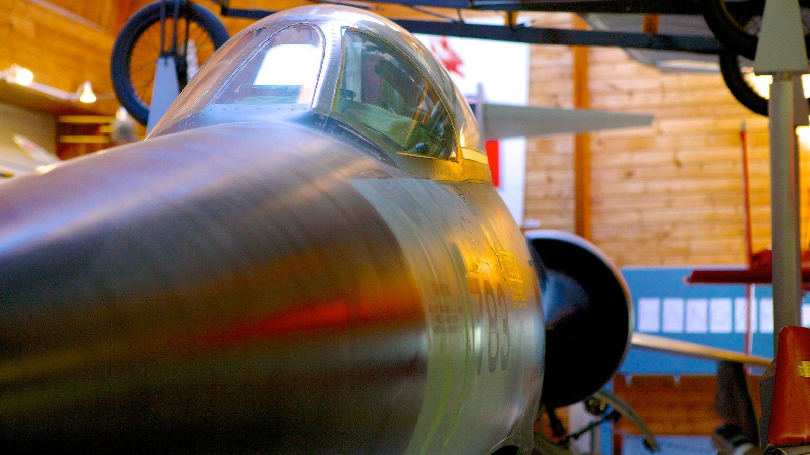 Atlantic Canada Aviation Museum mostrando aeronave y vistas interiores