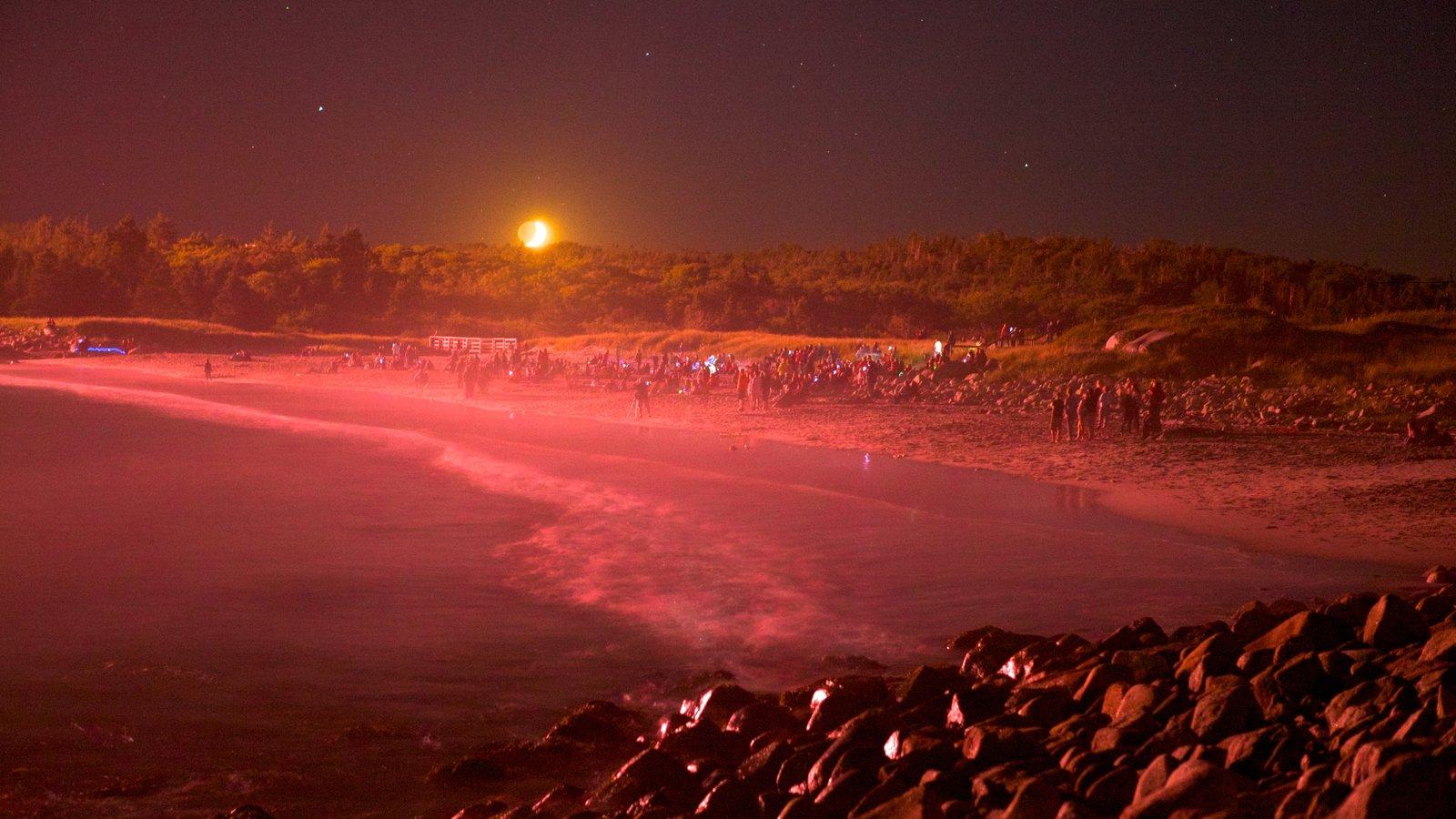 Playa Crystal Crescent mostrando escenas nocturnas, una playa de arena y vistas de paisajes