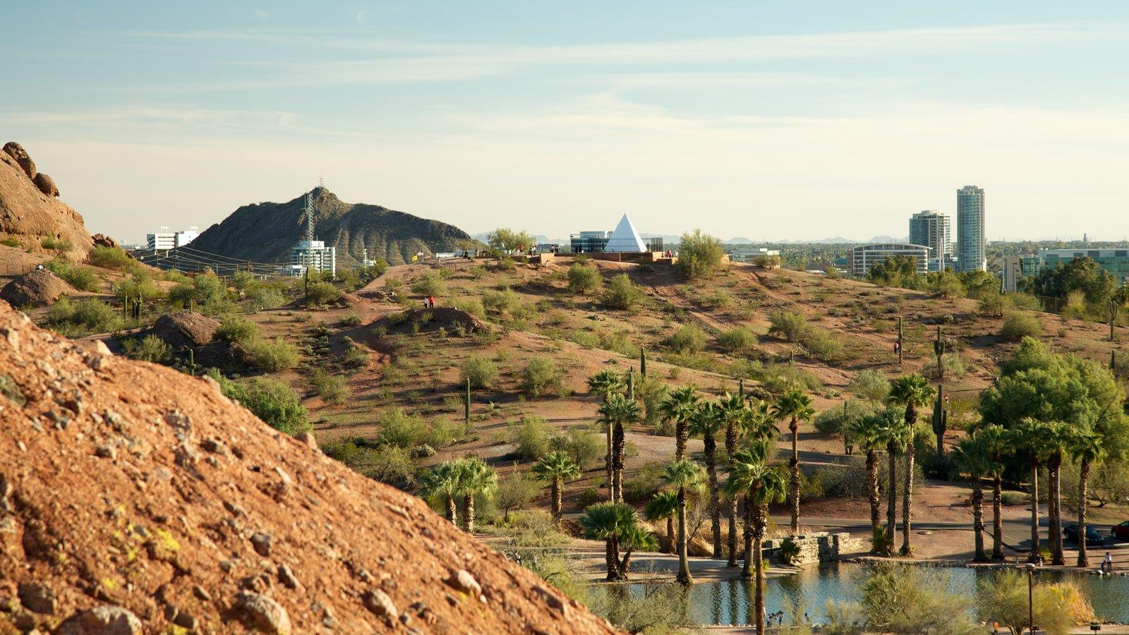 Hole in the Rock que inclui uma cidade pequena ou vila, paisagens do deserto e um lago