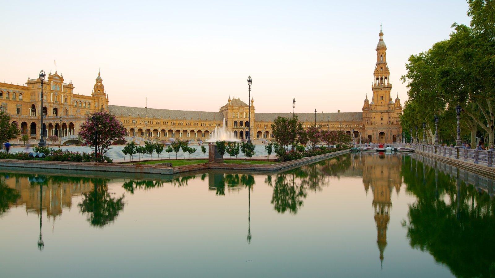 Plaza de España que inclui arquitetura de patrimônio, um castelo e um lago