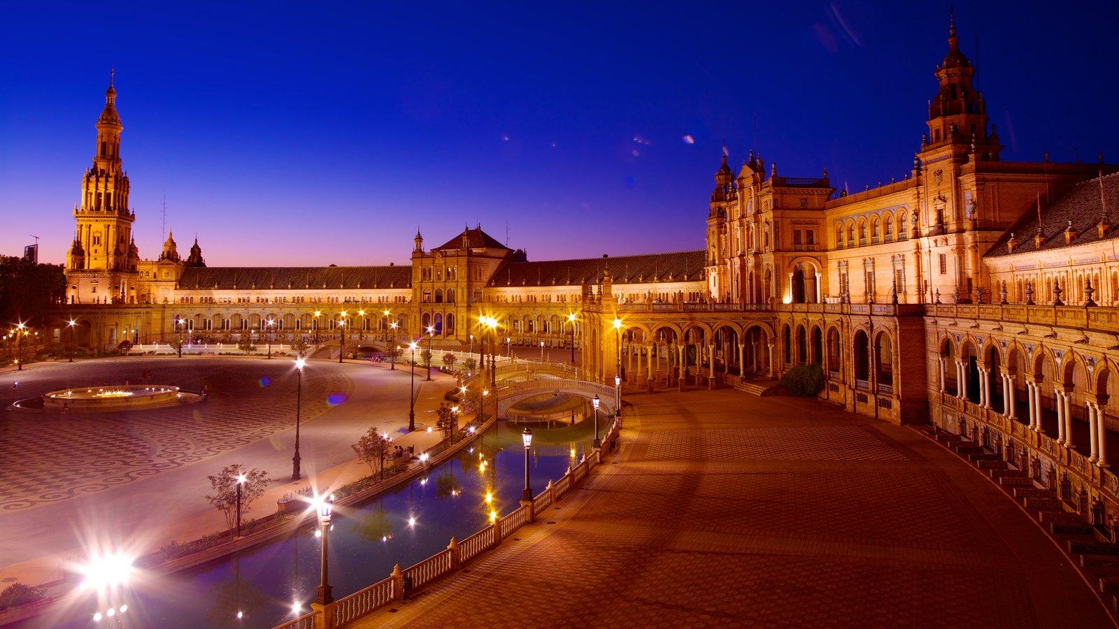 Plaza de España mostrando uma cidade, cenas noturnas e arquitetura de patrimônio