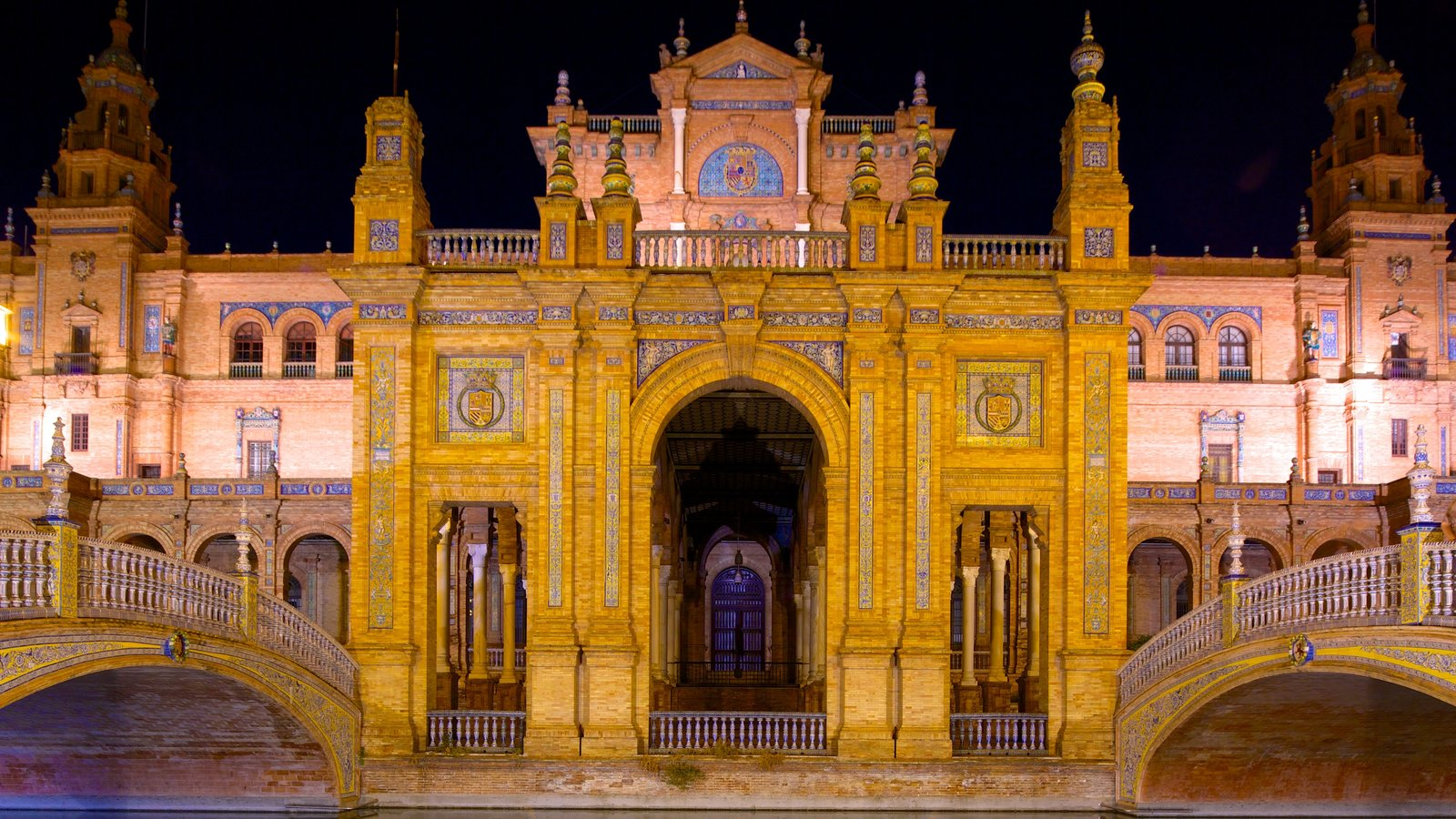 Plaza de España mostrando cenas noturnas, arquitetura de patrimônio e um pequeno castelo ou palácio