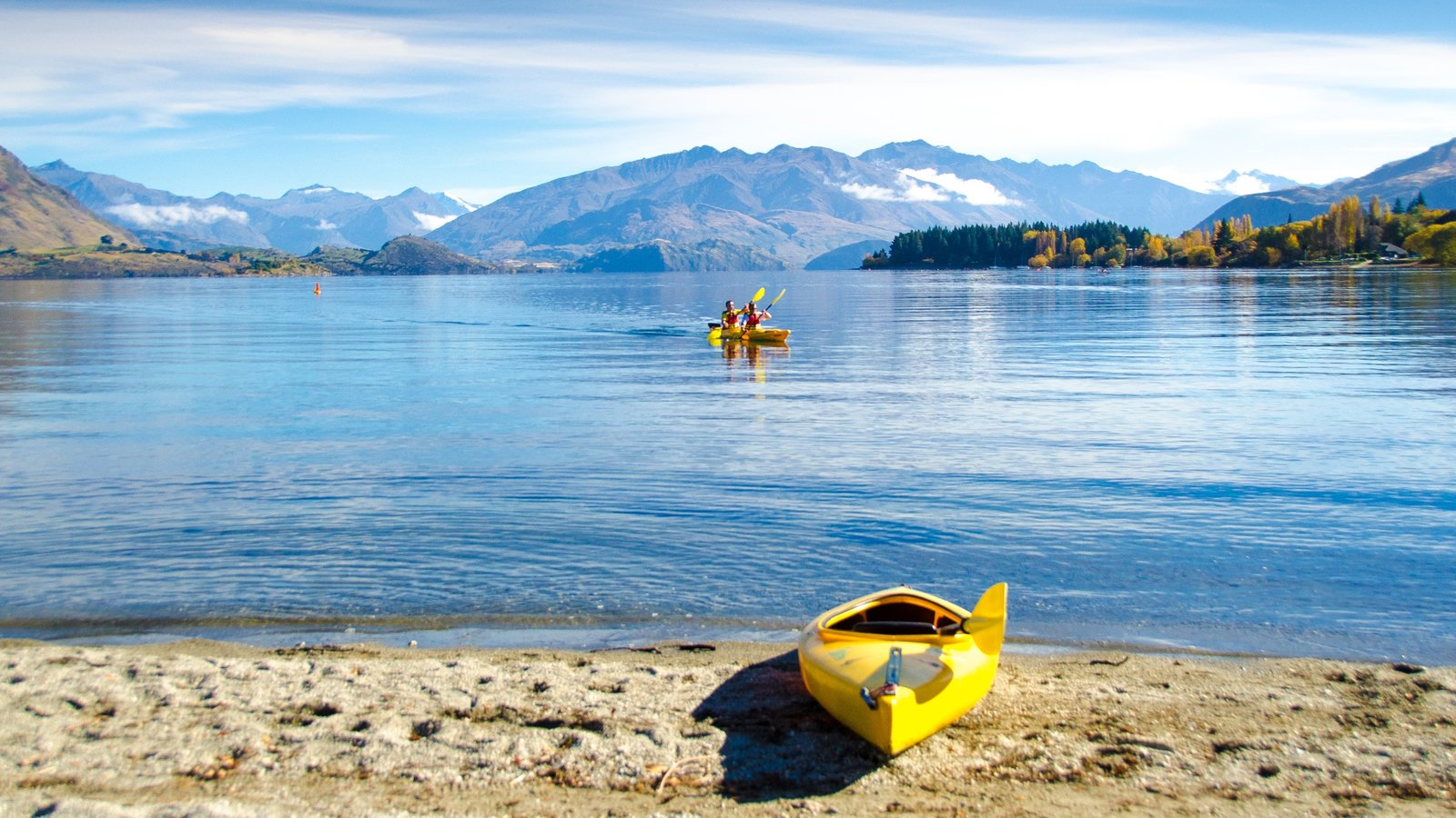 Wanaka which includes kayaking or canoeing, mountains and a lake or waterhole