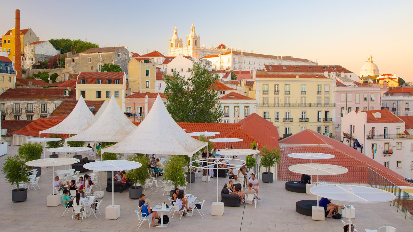 Alfama which includes heritage architecture, a city and outdoor eating