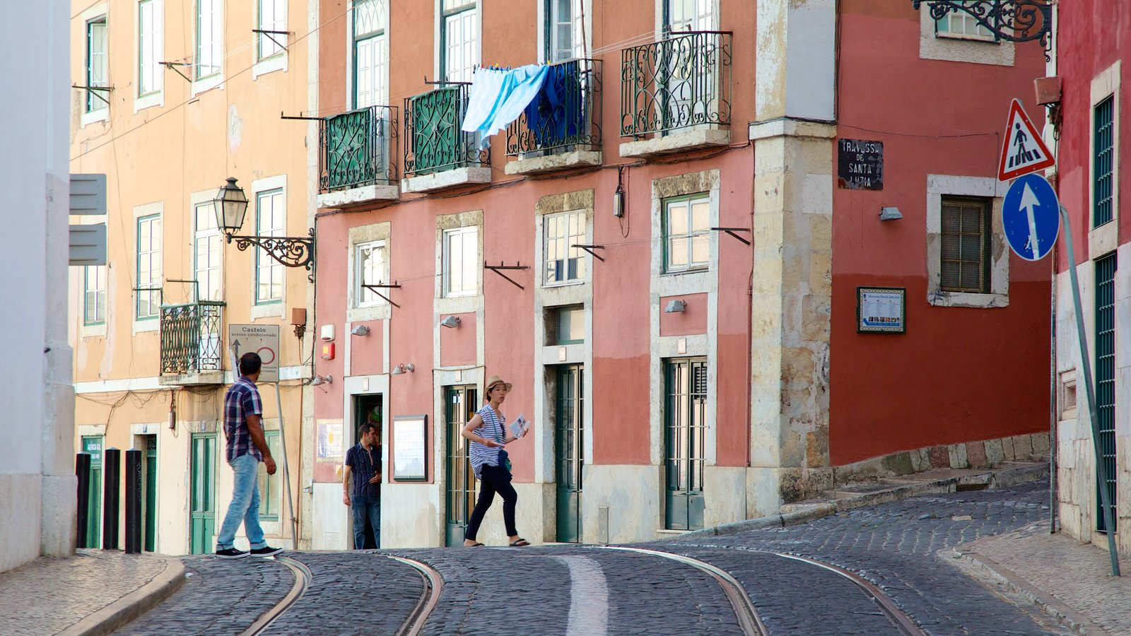 Alfama showing heritage architecture