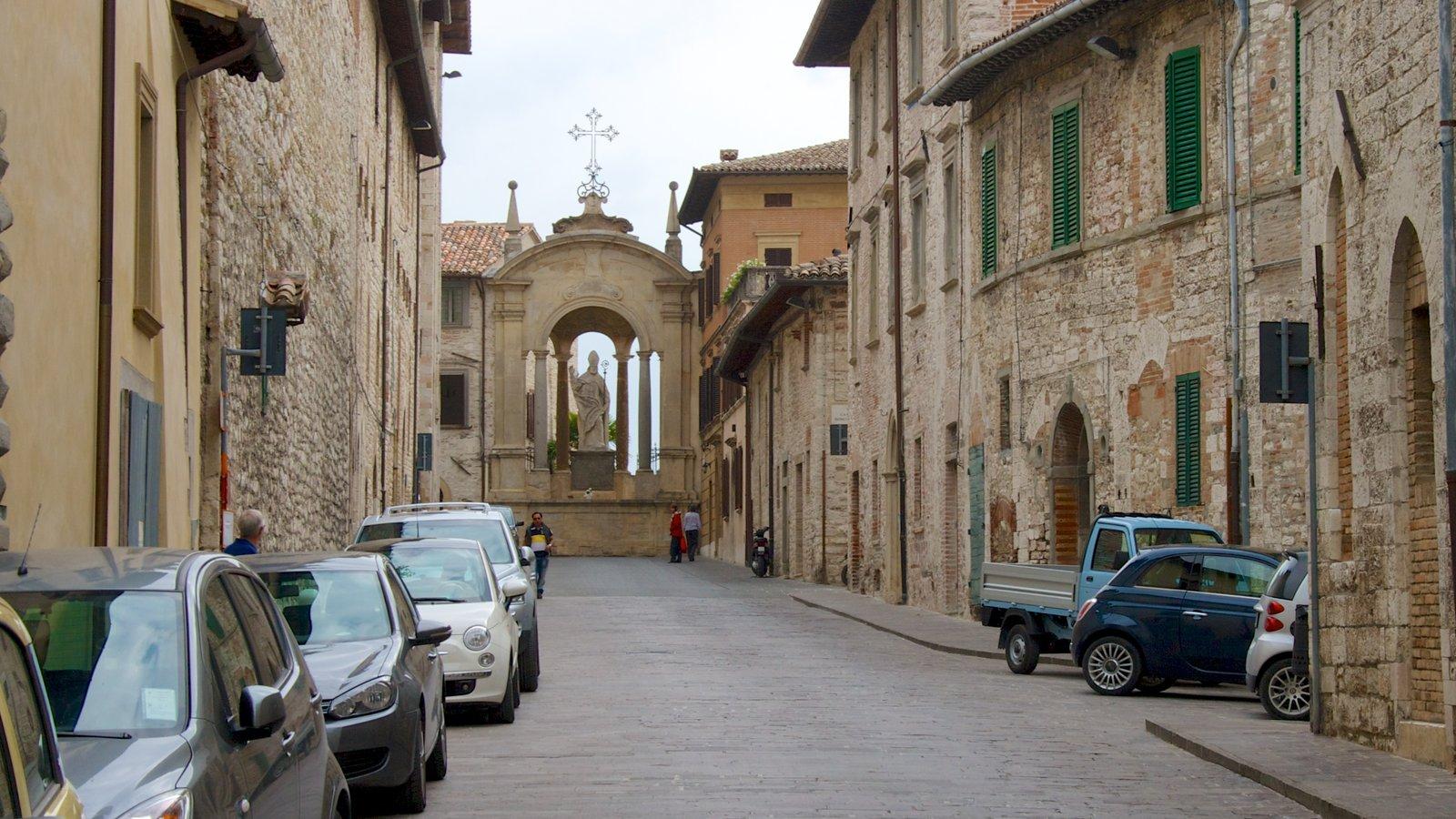 Gubbio mostrando aspectos religiosos, una pequeña ciudad o pueblo y una iglesia o catedral