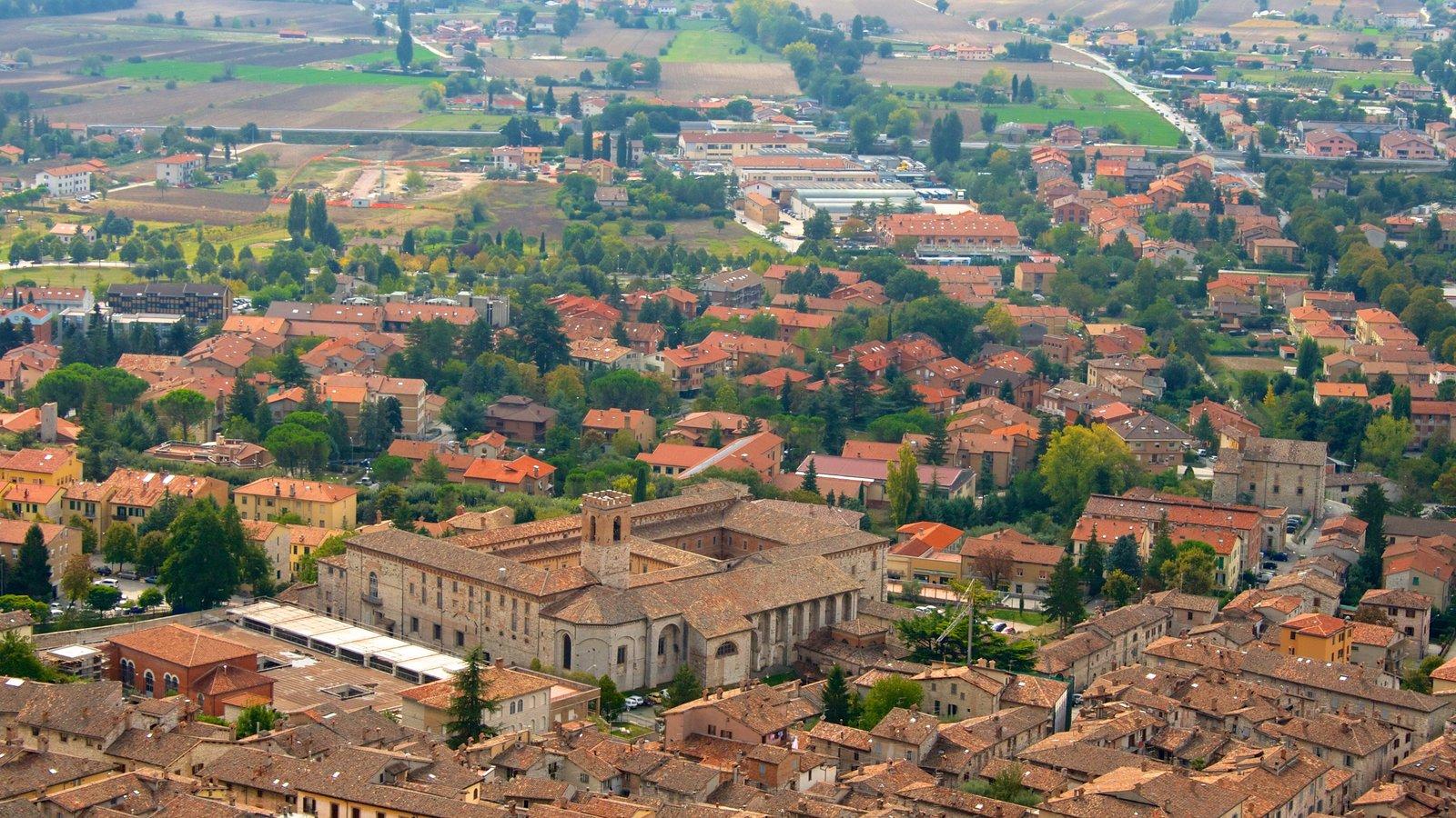 Gubbio que incluye patrimonio de arquitectura y una pequeña ciudad o pueblo