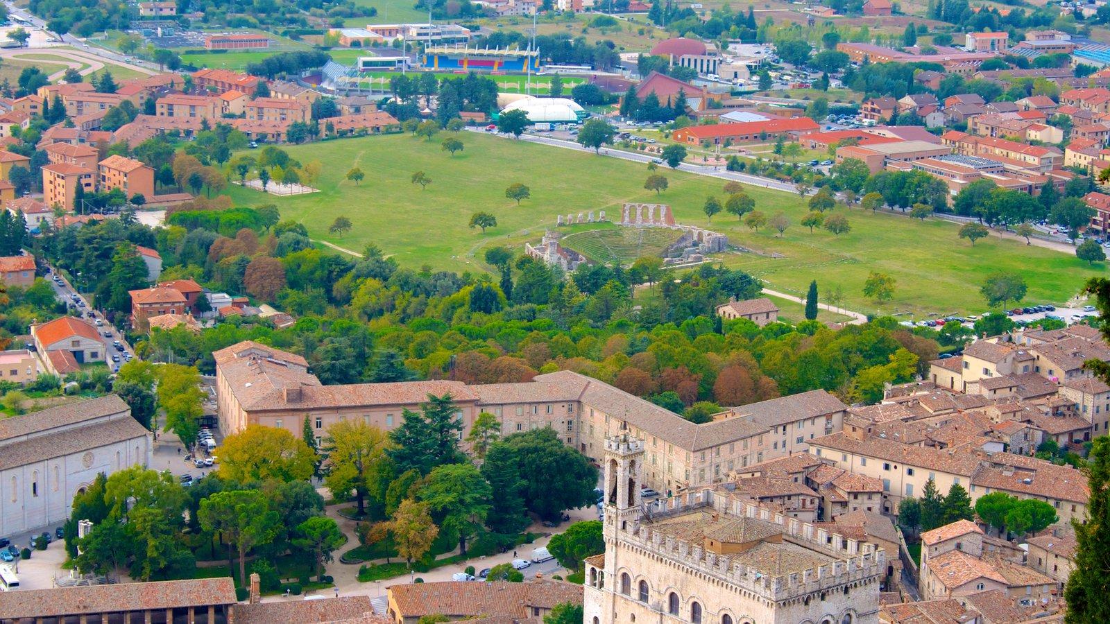 Gubbio que incluye una pequeña ciudad o pueblo y patrimonio de arquitectura