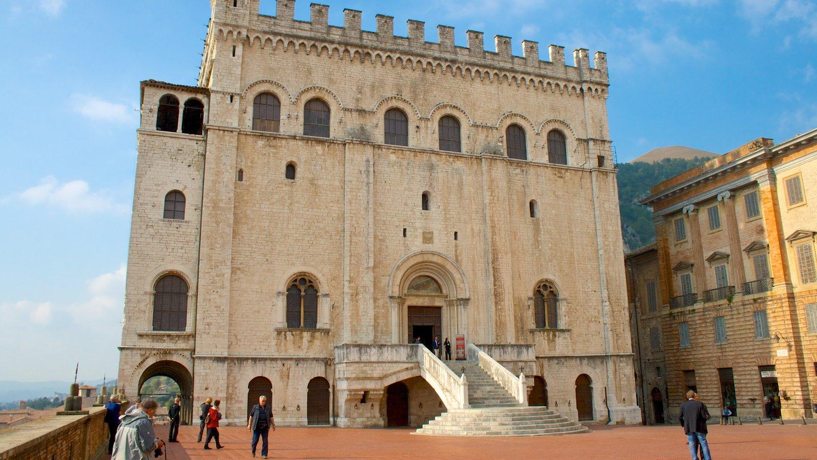 Gubbio que incluye patrimonio de arquitectura y un parque o plaza