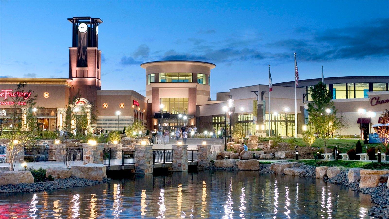 West Des Moines que inclui compras, arquitetura moderna e um lago ou charco