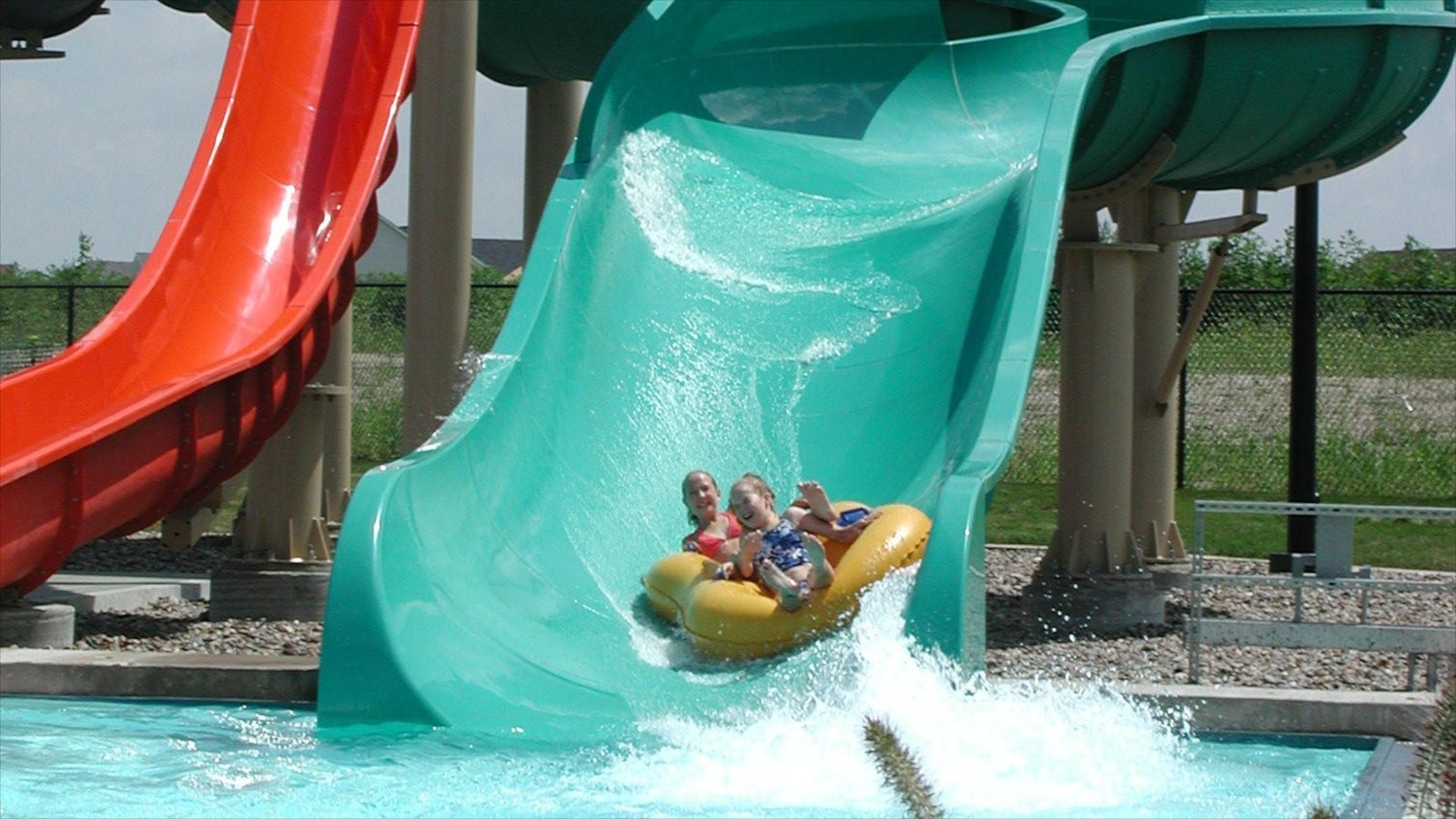 West Des Moines que incluye una alberca y un parque acuático y también niños
