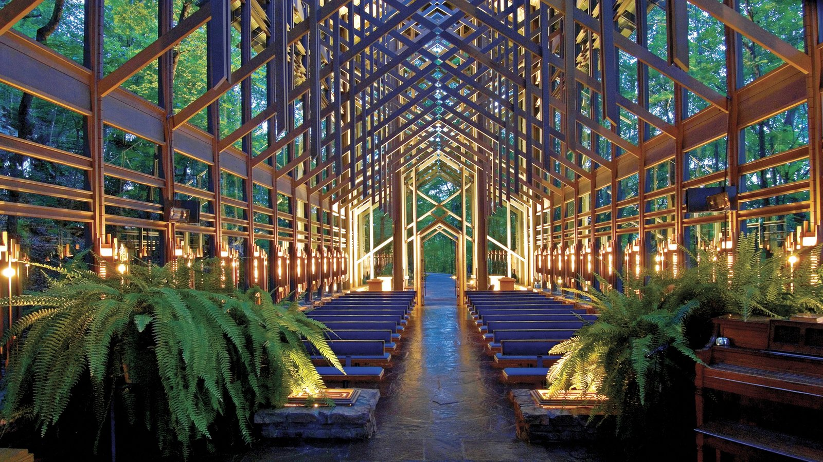 Eureka Springs que inclui vistas internas, arquitetura moderna e uma igreja ou catedral