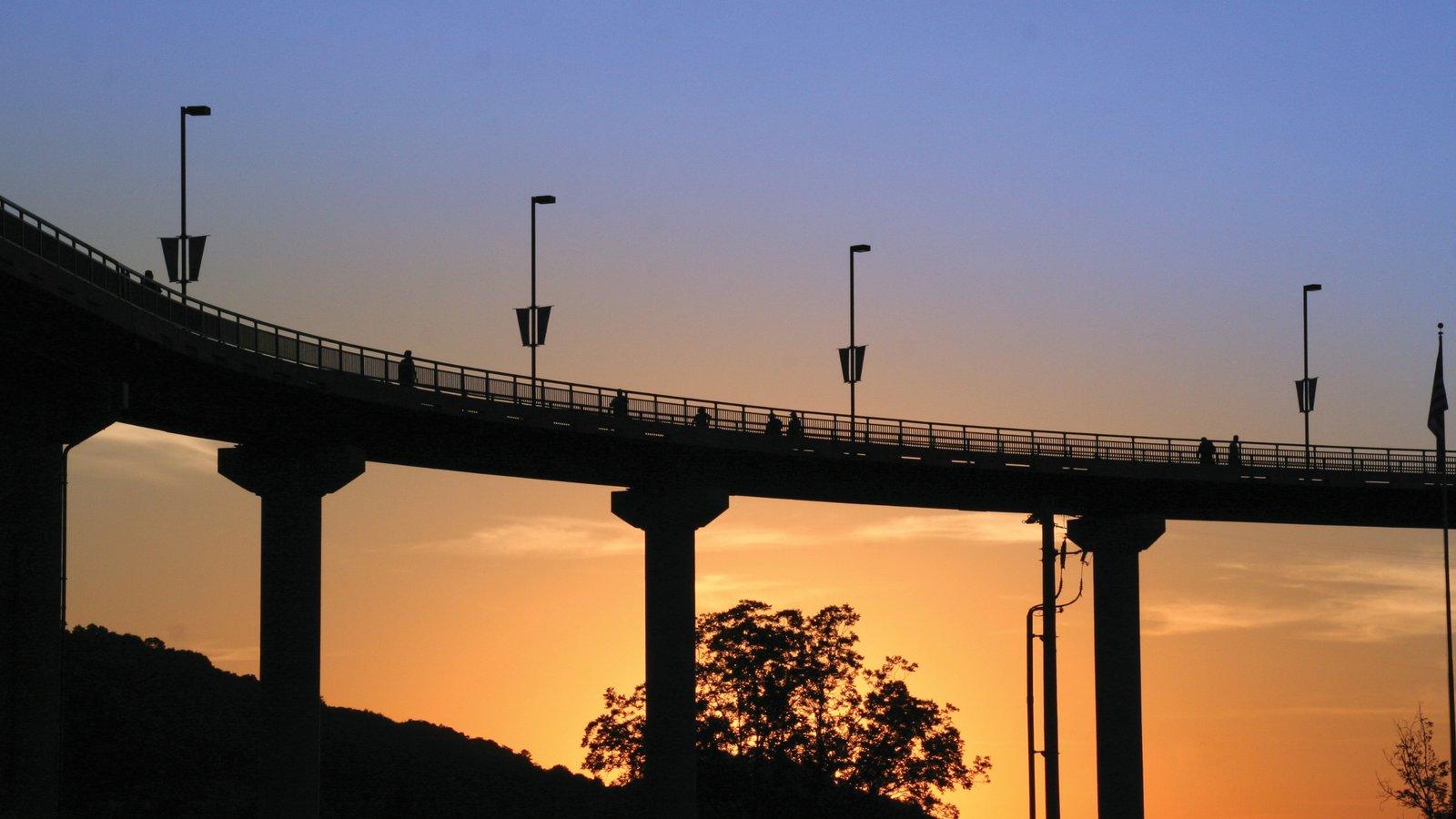 Little Rock caracterizando uma ponte e um pôr do sol
