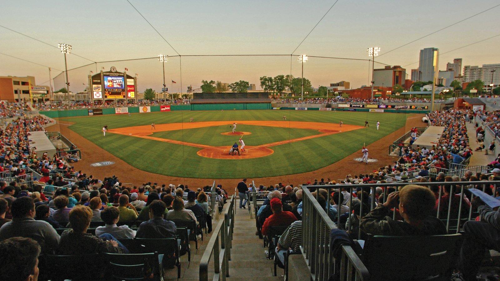 Little Rock que inclui um evento desportivo e um pôr do sol assim como um grande grupo de pessoas
