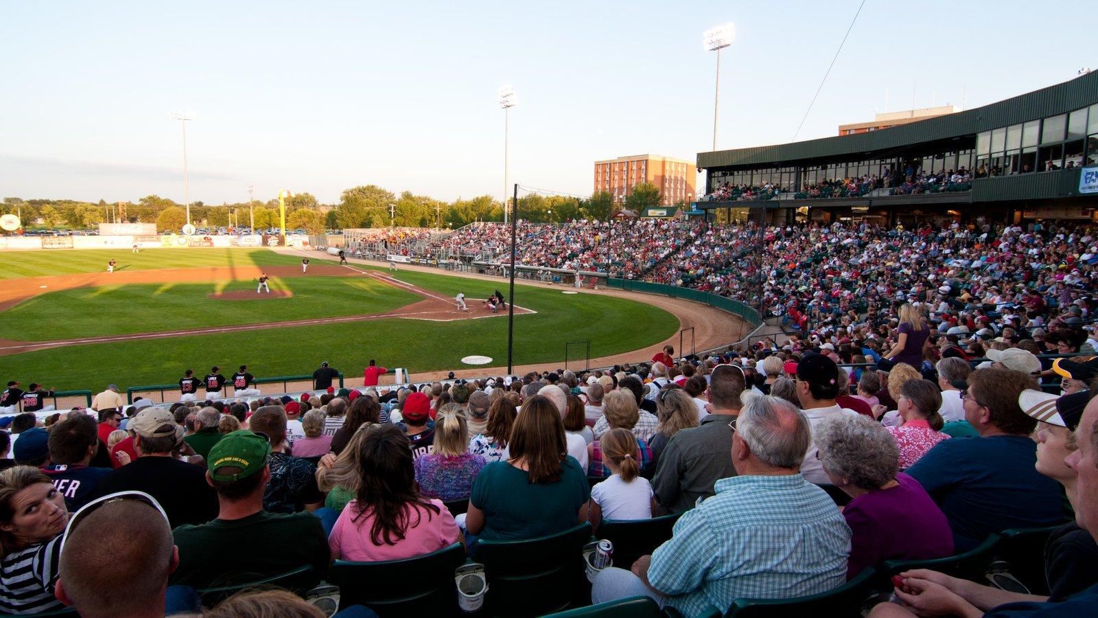 Fargo que inclui um evento desportivo assim como um grande grupo de pessoas