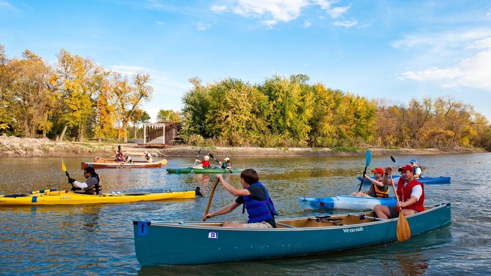 Fargo que inclui um rio ou córrego e caiaque ou canoagem