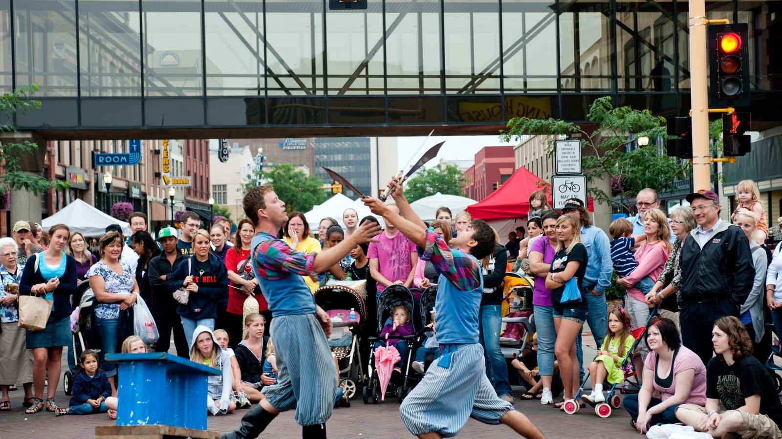 Fargo caracterizando uma cidade e performance de rua assim como um grande grupo de pessoas