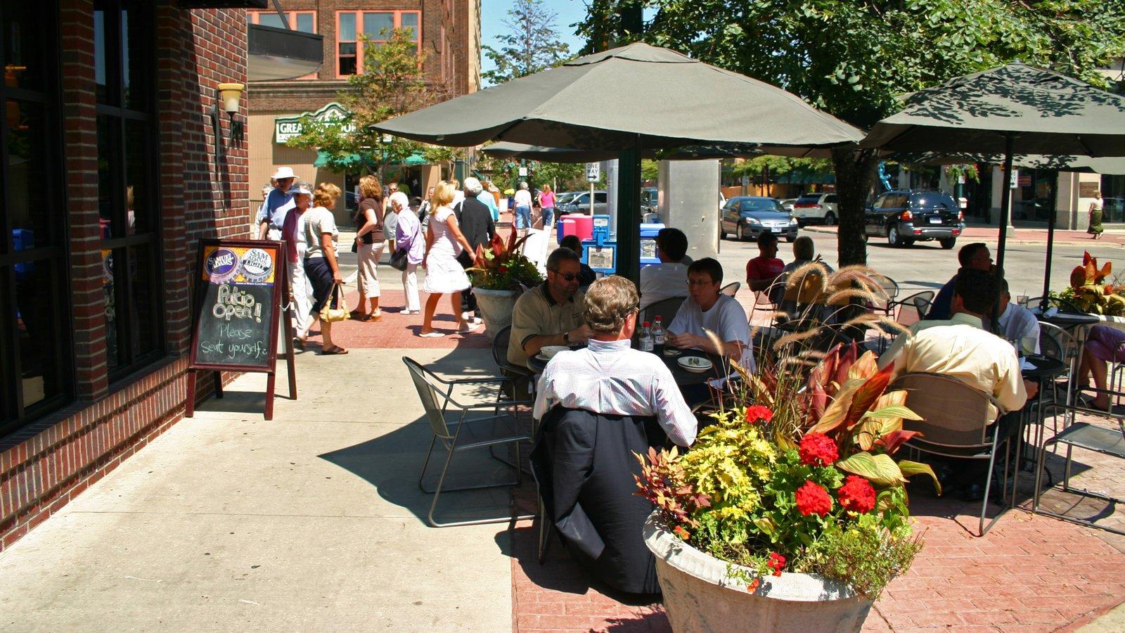 Sioux Falls que inclui estilo de vida de cafeteria e jantar ao ar livre assim como um grande grupo de pessoas