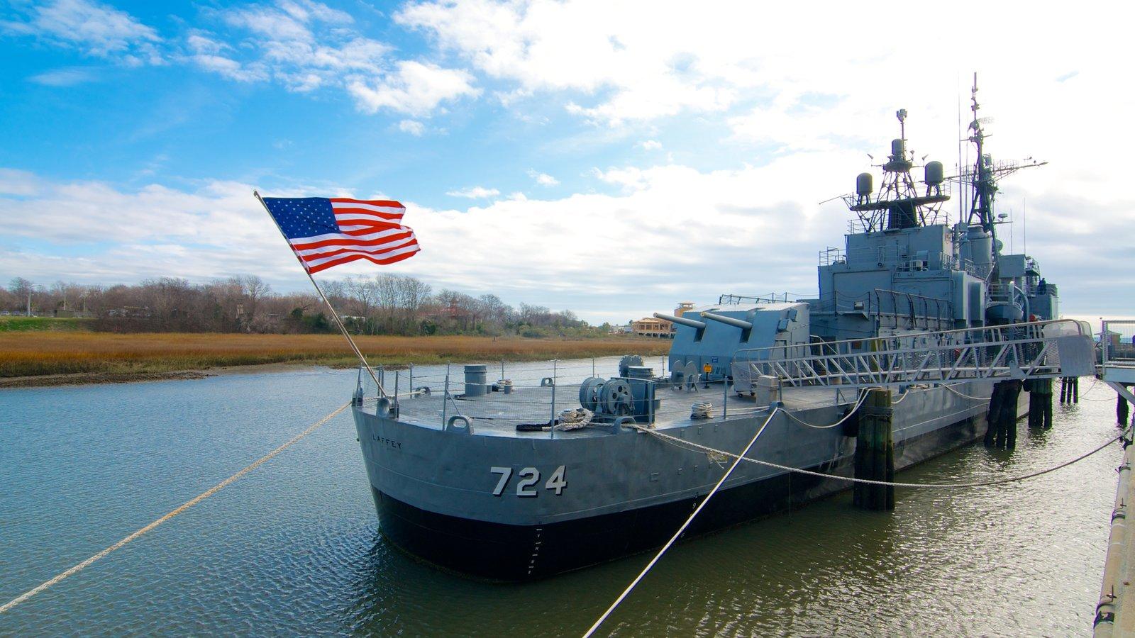 Patriots Point Naval and Maritime Museum que inclui itens militares, um rio ou córrego e uma marina