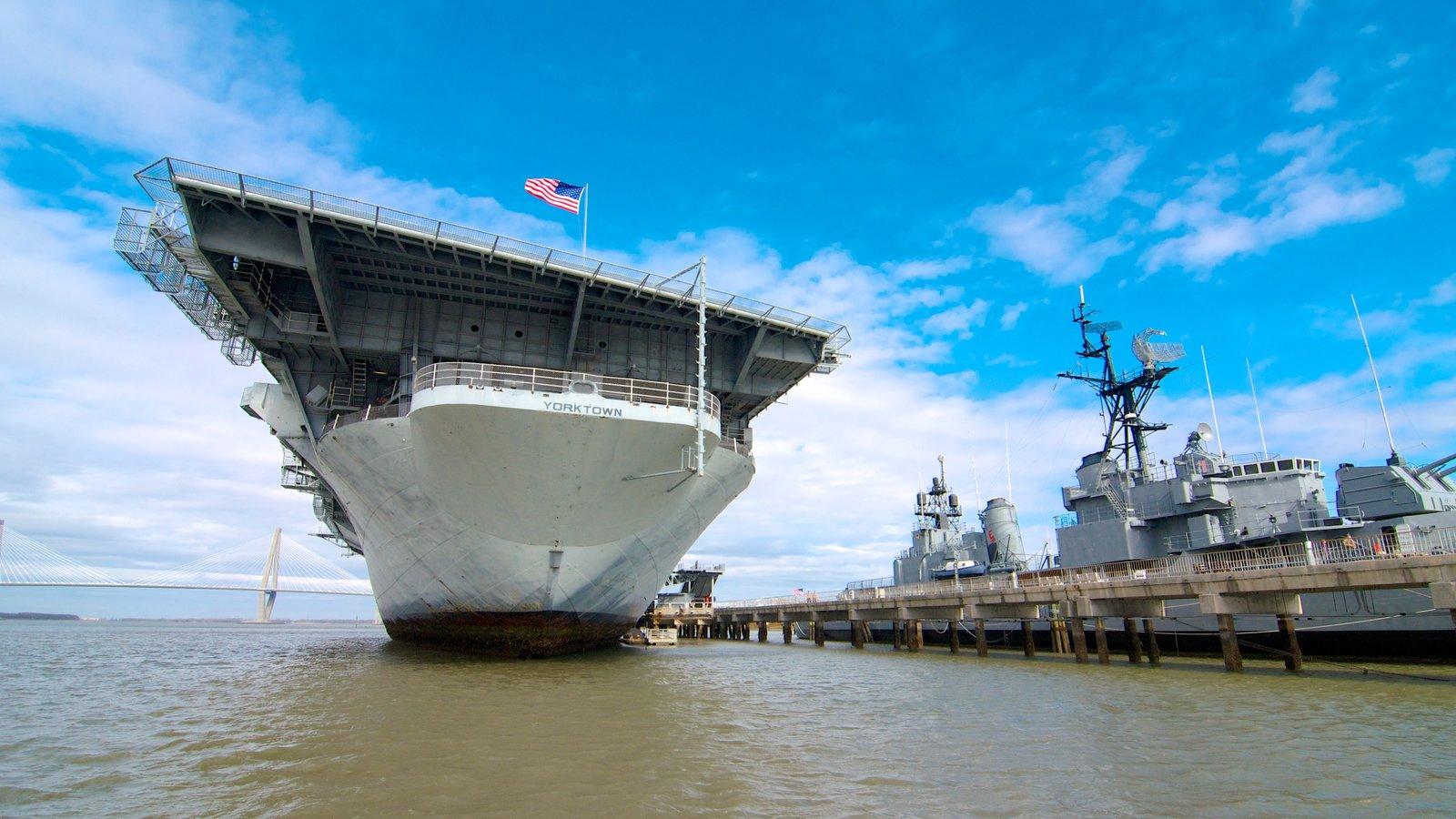 Patriots Point Naval and Maritime Museum mostrando itens militares e uma marina