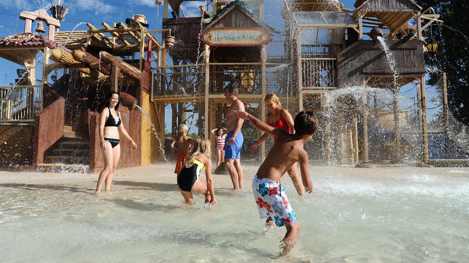 Elitch Gardens Theme Park caracterizando uma piscina e um parque aquático assim como um pequeno grupo de pessoas