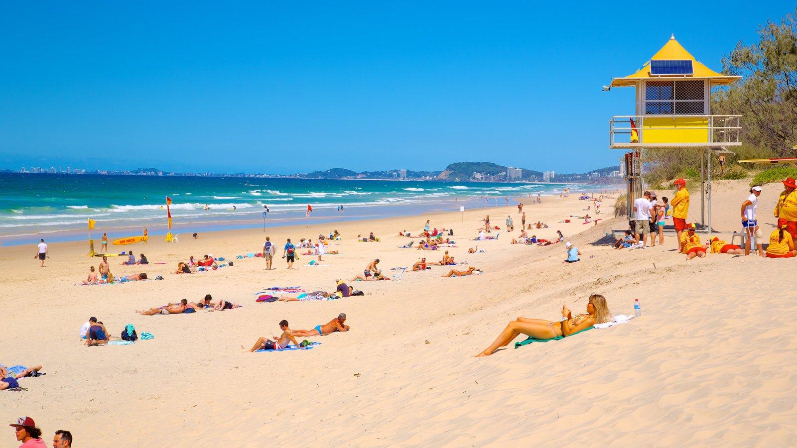 Kurrawa Beach que incluye vistas generales de la costa y una playa de arena