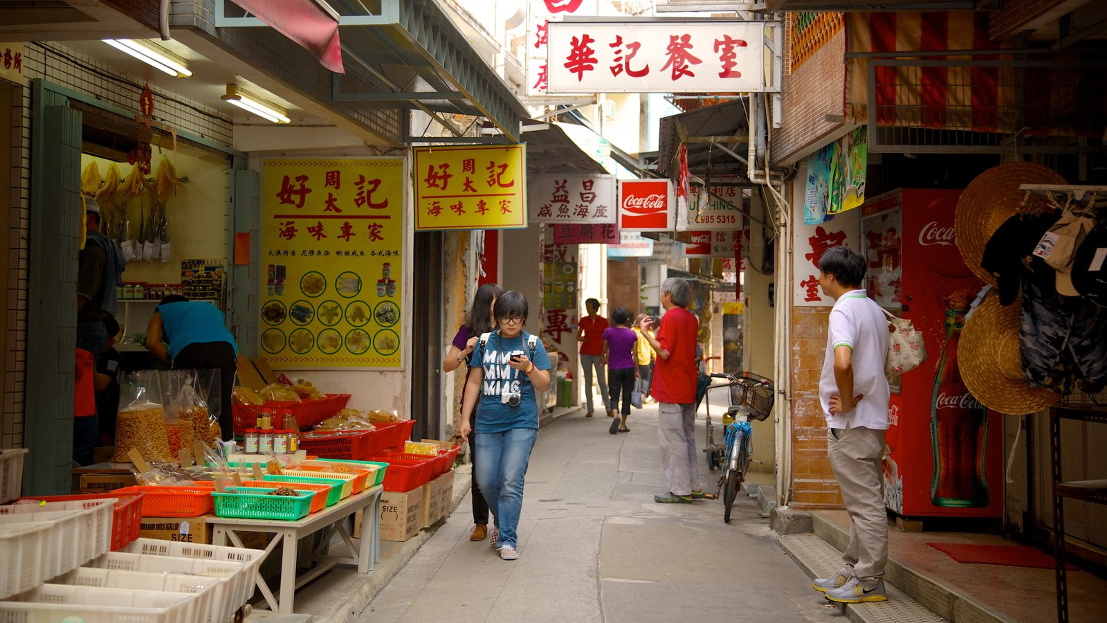 Tai O Fishing Village which includes signage, shopping and markets