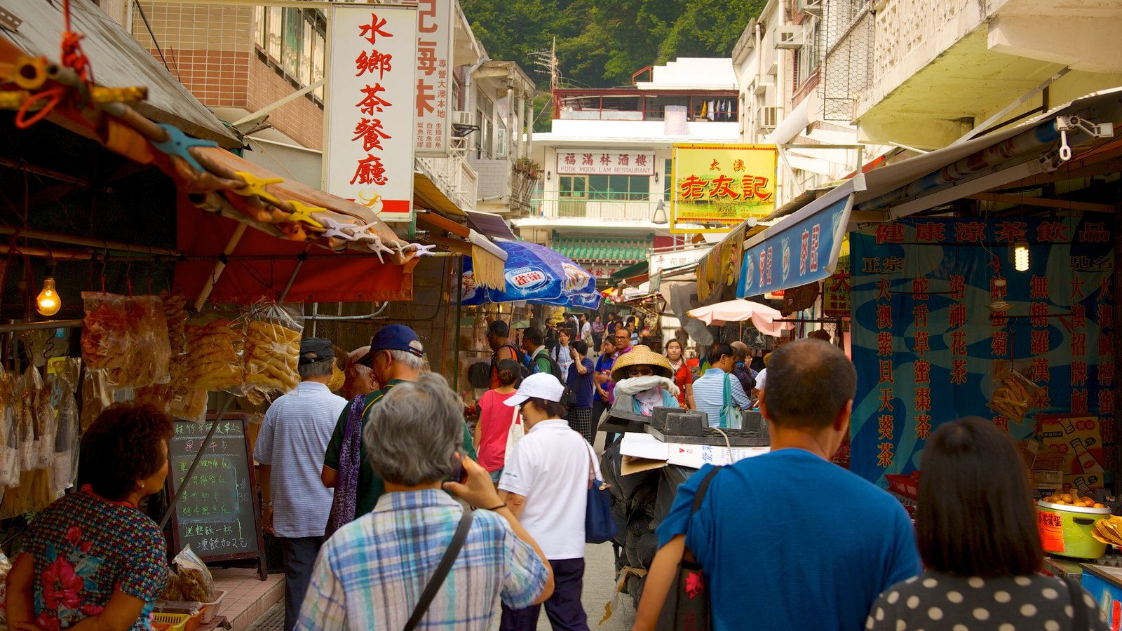 Tai O Fishing Village featuring markets as well as a large group of people
