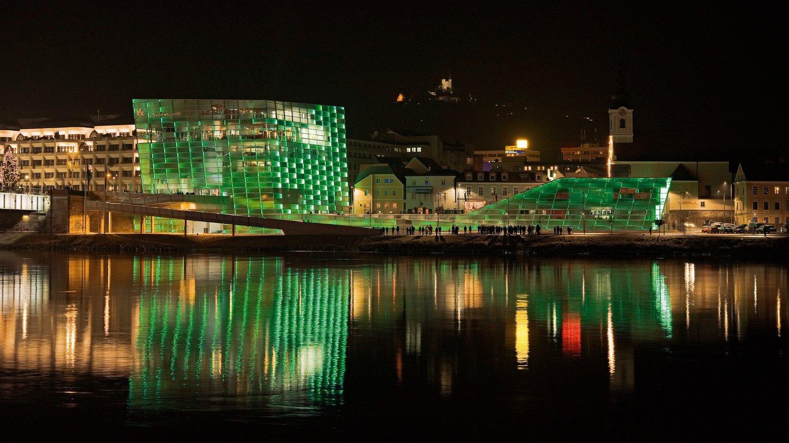 Linz mostrando una ciudad, escenas nocturnas y arquitectura moderna