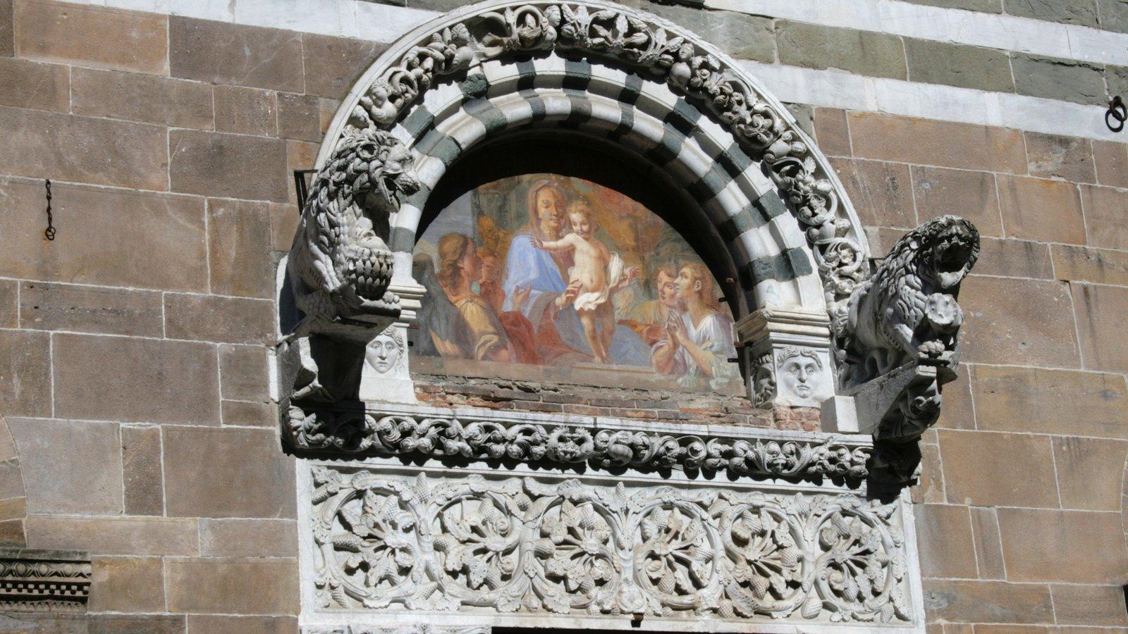 Viareggio which includes religious aspects, art and heritage architecture