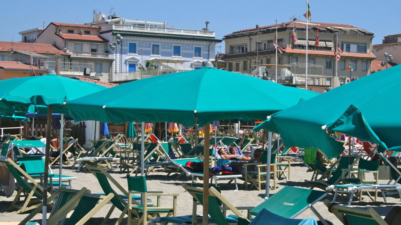 Viareggio showing general coastal views
