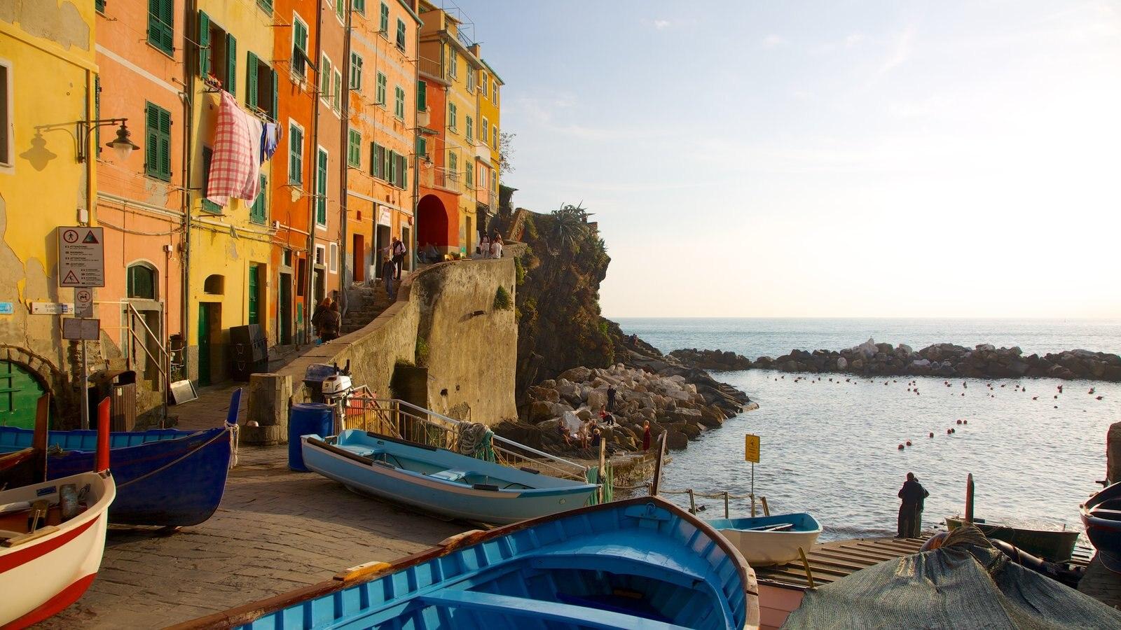 Riomaggiore que inclui uma cidade litorânea, um pôr do sol e canoagem
