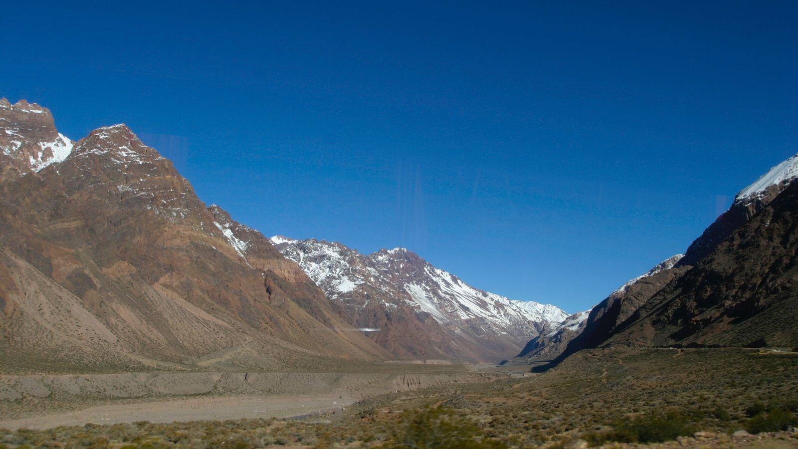 Região Vinícola de Mendoza caracterizando montanhas e paisagem
