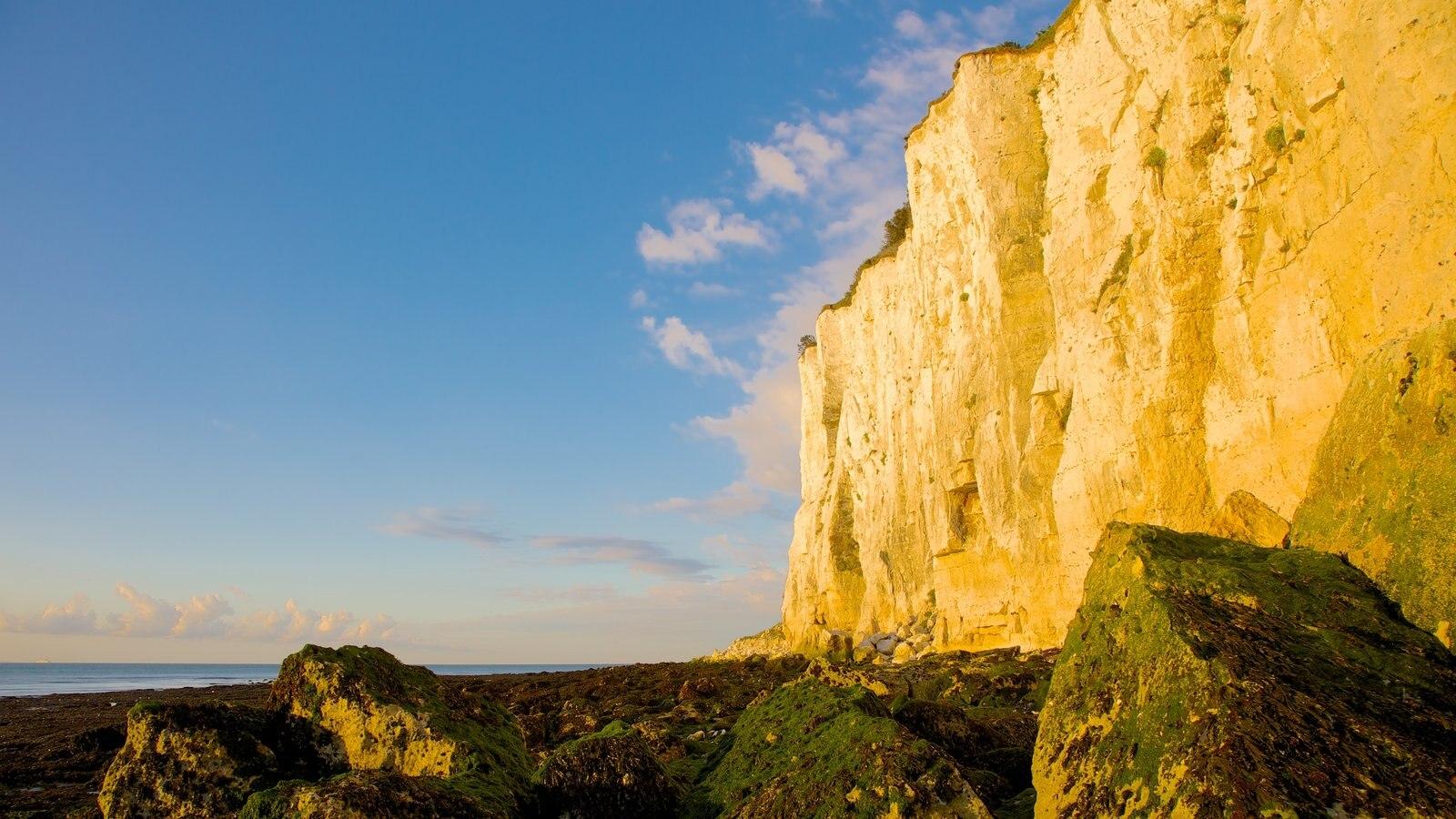 Dover ofreciendo montañas, vistas de paisajes y costa rocosa
