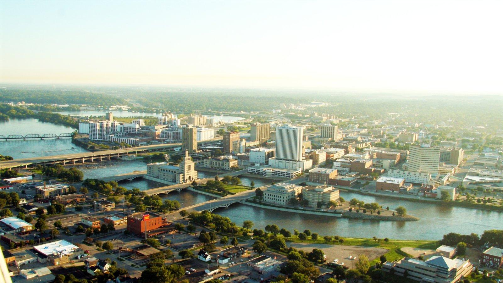 Cedar Rapids mostrando horizonte, arquitectura moderna y un río o arroyo