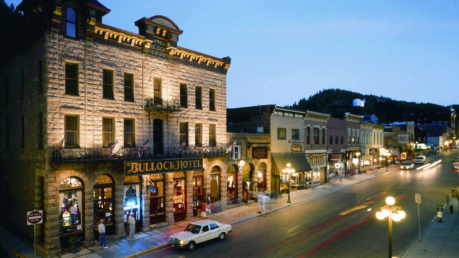 Deadwood que inclui cenas noturnas, cenas de rua e sinalização