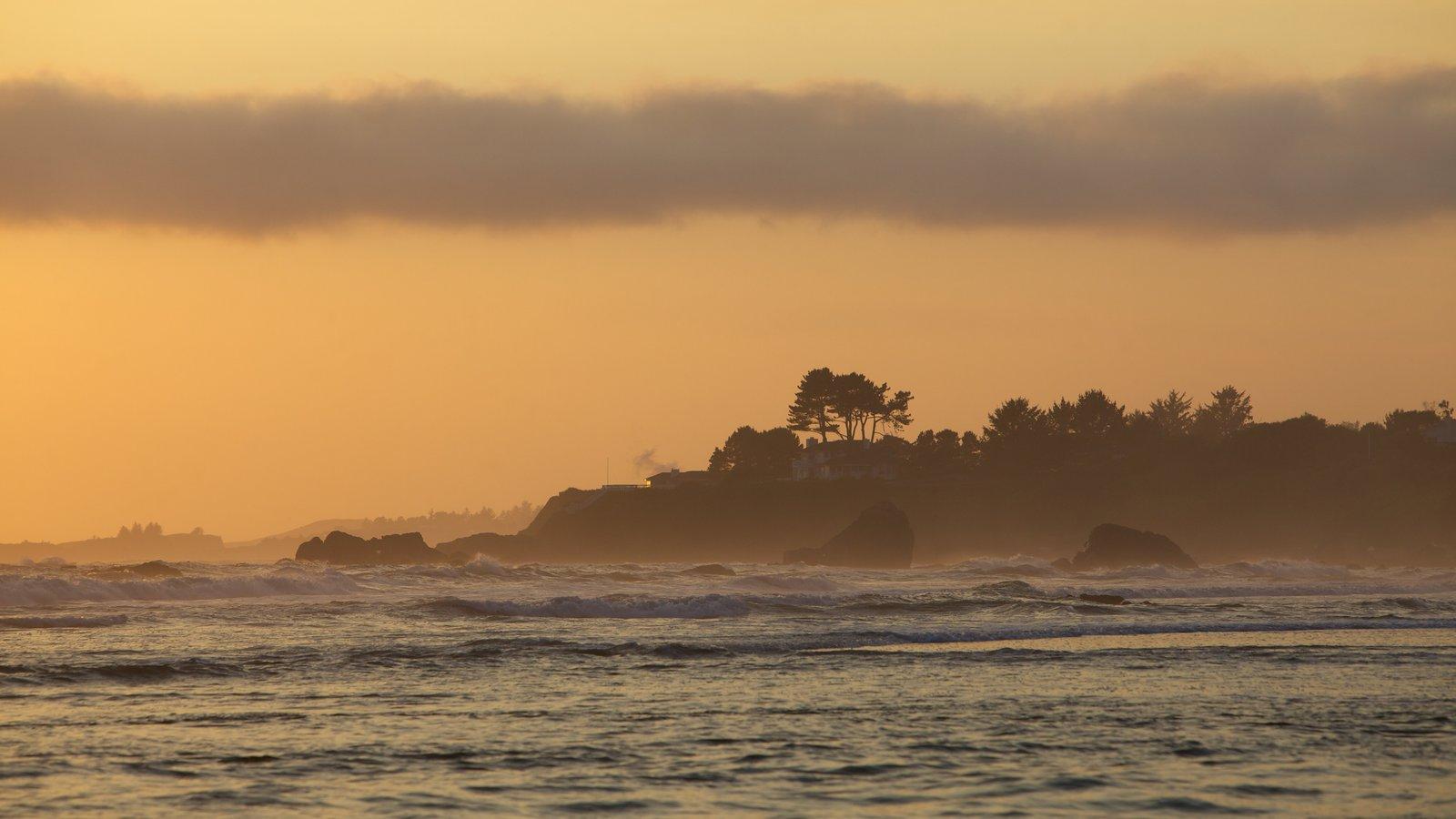 Costa de Oregón que incluye vistas generales de la costa, una puesta de sol y neblina o niebla