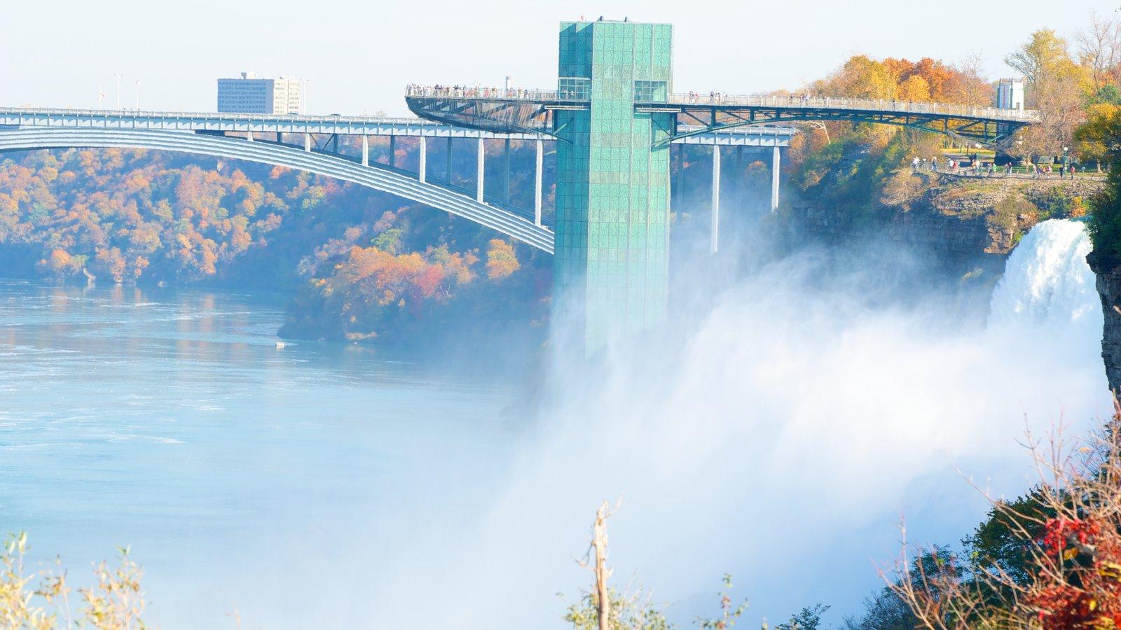Ponte do Arco-íris caracterizando uma ponte, um rio ou córrego e uma cachoeira