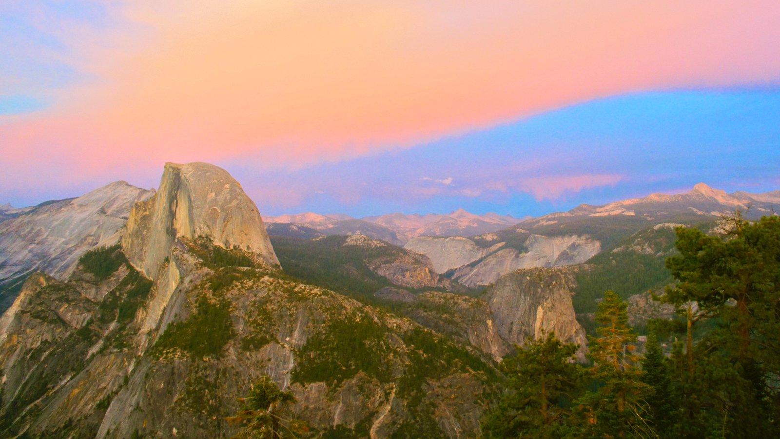 Yosemite Valley mostrando um pôr do sol, montanhas e um desfiladeiro ou canyon