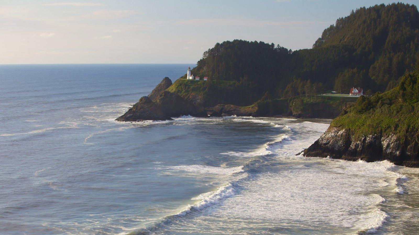 Heceta Head Lighthouse que inclui paisagens litorâneas, paisagem e litoral acidentado